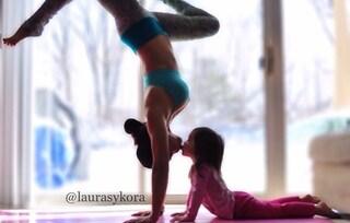 La mamma che fa Yoga con sua figlia conquista il web
