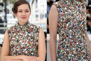 Marion Cotillard a Cannes con un abito scultura fatto di bottoni e lattine (VIDEO)