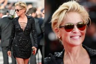Sharon Stone sfida l'età a Cannes con abito cortissimo e gambe in mostra (FOTO)