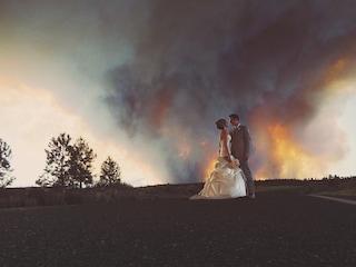 Matrimonio in fiamme: sposi di corsa per concludere la cerimonia (FOTO)