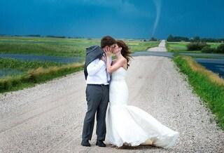 Due sposi e un tornado: le incredibili foto di un matrimonio nella tempesta