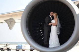 Due cuori e un aereo, nozze a bordo per il pilota e l'hostess
