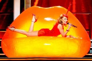 Kylie Minogue diventa un rossetto con gli abiti di Dolce & Gabbana (FOTO)