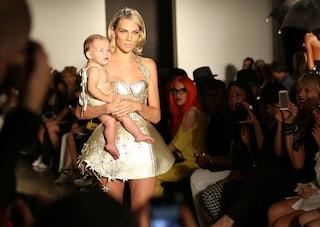 Un neonato sfila in passerella, shock alla fashion week di New York (FOTO)