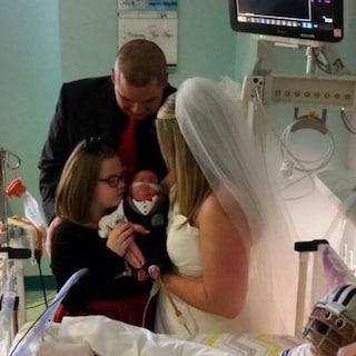 Si sposano in ospedale per non abbandonare il piccolo figlio malato