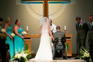 Costretto sulla sedia a rotelle balla per la prima volta nel giorno del suo matrimonio