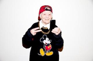 Anziani vestiti da teenager: le esilaranti foto di Dai Lyn Power