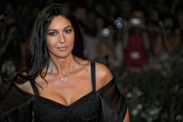 Ha 47 anni e non è spaventata dal tempo che avanza. Monica Bellucci è una delle donne più belle al mondo, un fiore che non ha paura di appassire, e rifiuta l'uso del bisturi a favore di rughe e menopausa.
