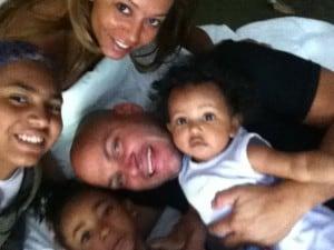 Melanie B mostra su twitter questo splendido ritratto familiare: il suo attuale marito Stephen e le sue tre figlie: c'è anche Angel Iris avuta dalla relazione con Eddie Murphy.