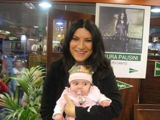 """Foto falsa della Pausini con la figlia. Su Fb: """"Smettetela e portatele rispetto"""""""