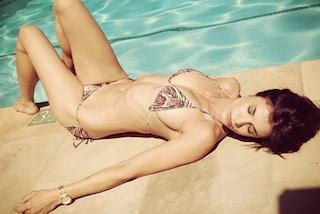 Elisabetta Canalis sexy in bikini a bordo piscina