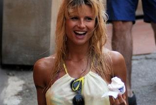 Michelle Hunziker incinta si rimpinza di gelato (FOTO)