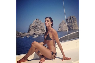 Elisabetta Canalis, una sirena tra i faraglioni di Capri (FOTO)