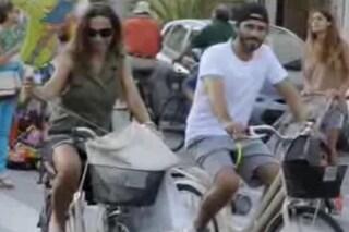 Nek in bici con Patrizia, la vacanza a Forte dei Marmi è green
