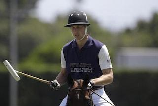 Il principe William gioca a polo in attesa del Royal Baby