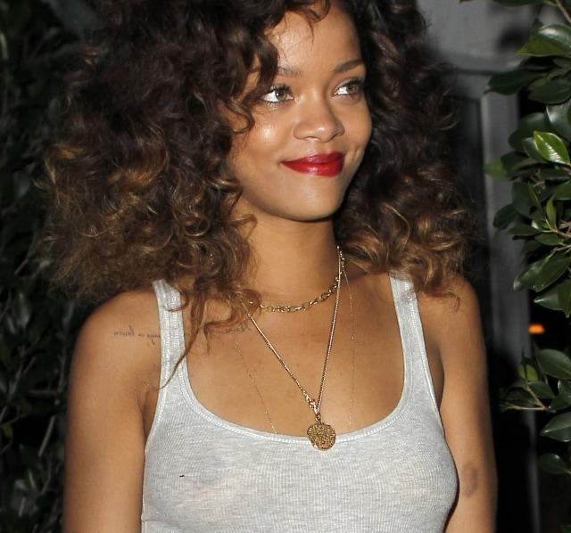 Rihanna In Vasca Da Bagno.La Calda Estate Di Rihanna Slip Pitonato E Lato B In Vista Foto
