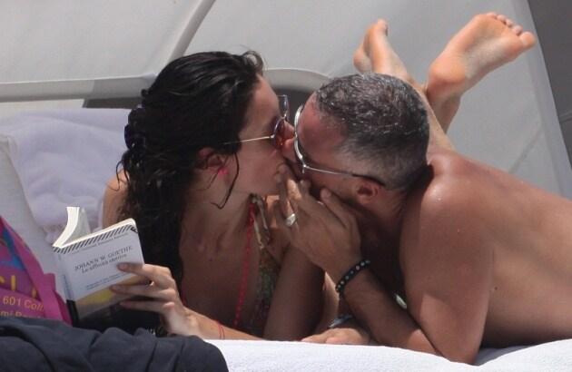 Eros Ramazzotti e la sua nuova compagna Marica Pellegrinelli (foto Splash)