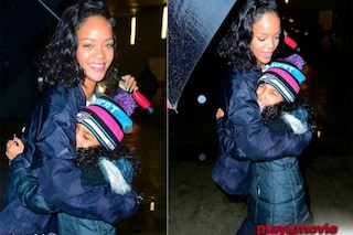 Fan di Rihanna scoppia in lacrime, lei la ripara sotto il suo ombrello