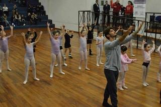 Stefano De Martino in versione maestro di danza per i bambini (FOTO)