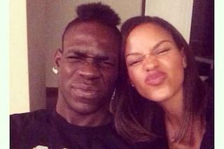 """Balotelli dichiara il suo amore a Fanny Neguesha con un selfie: """"Mon amour"""""""