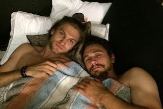 """Il selfie """"gay"""" di James Franco a letto con Keegan Allen"""