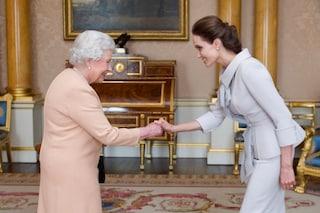 La regina Elisabetta ha nominato Angelina Jolie Dama onoraria (FOTO)