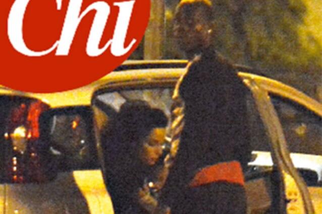 """Mario Balotelli e Raffaella Fico un po' più vicini dopo tante battaglie: il settimanale """"Chi"""" li mostra insieme con la piccola (coperta con il corpo dal calciatore)."""