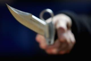 Milano, picchia e accoltella la moglie davanti ai figli: arrestato con l'accusa di maltrattamenti