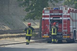 Paderno Dugnano, incendio in un'area baracche: colonna di fumo nero visibile fino a Milano