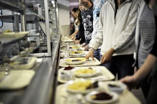 Milano, scuole chiuse per Coronavirus: 3 tonnellate di cibo delle mense donato ai poveri