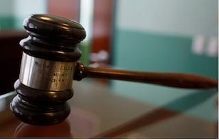 Pensionata con un figlio invalido: un giudice di Milano le riduce i debiti dell'80 per cento