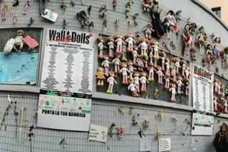 """Milano, incendio al """"muro delle bambole"""" contro la violenza sulle donne: denunciati due ragazzi"""