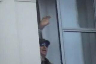 Vasco Rossi saluta i fan dalla finestra dell'hotel di Torino (VIDEO)