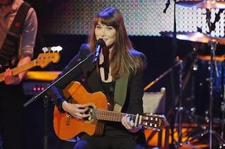 Carla Bruni, vuoto di memoria ad un concerto (VIDEO)