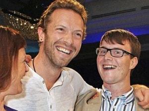 """La storia di Ed Buckley, 22enne investito da un taxi e rimasto per sei mesi in coma. Non ricorda più nulla tranne le canzoni dei Coldplay: """"Mi hanno aiutato a tornare alla normalità""""."""