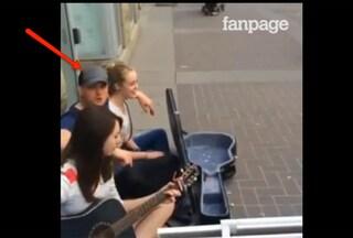 Sorpresa Bublé: stupisce i fan cantando per strada a Calgary (VIDEO)