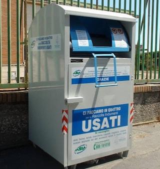 Acerra, butta la spazzatura nel contenitore dei vestiti usati, filmato e multato