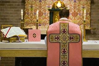 Coronavirus, a Napoli il prete celebra la messa dal tetto della chiesa