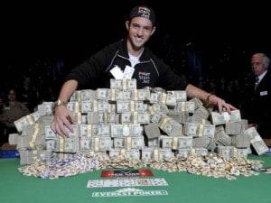 """Joe Cada con il """"bottino"""" delle WSOP 2009"""