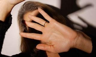 Roma, picchia la moglie per strada con calci e pugni al volto: arrestato