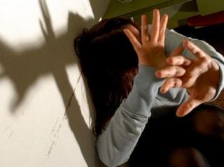 Frosinone, massacra di botte la moglie e la figlia di 8 mesi, poi le chiude fuori casa: denunciato