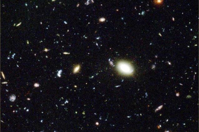 Un campo gravitazionale prodotto dalle particelle del vuoto spiegherebbe gli effetti su scala cosmica attribuiti alla materia oscura.