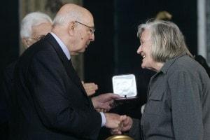 Margherita Hack riceve un riconoscimento dal Presidente della Repubblica, Giorgio Napolitano.