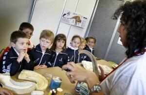 La scarsità di laboratori nelle scuole italiane riduce le possibilità, per gli studenti, di avvicinarsi al lavoro pratico della scienza.