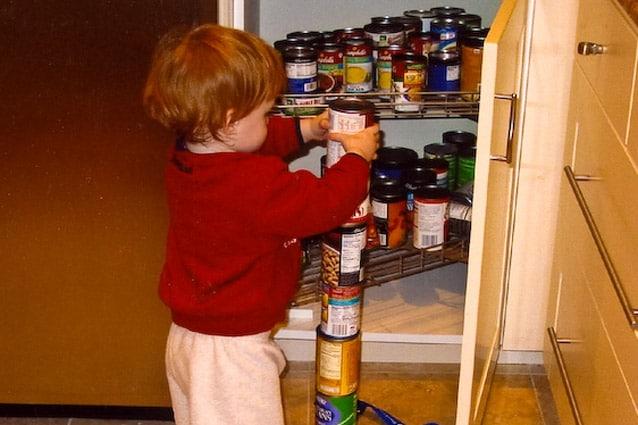Bambino affetto da autismo impegnato nel soddisfare una comune mania di ordine.