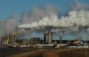 Un impianto di estrazione del petrolio dalle sabbie bituminose nella provincia canadese dell'Alberta.