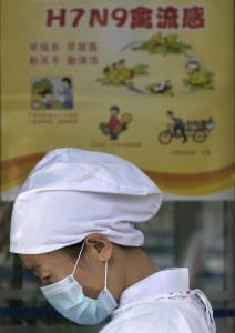 Un cartello che spiega i rischi di H7N9 in un ospedale cinese.