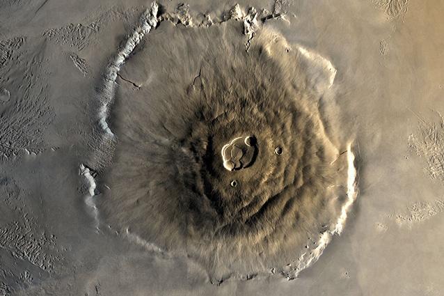 Olympus Mons su Marte, con i suoi 25 km di altezza, è il rilievo più alto di tutto il Sistema solare