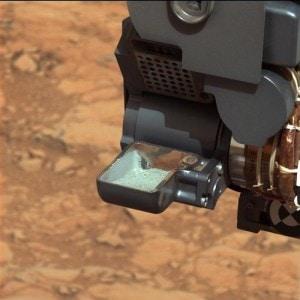Il rover Curiosity analizza un campione di roccia marziana polverizzata.