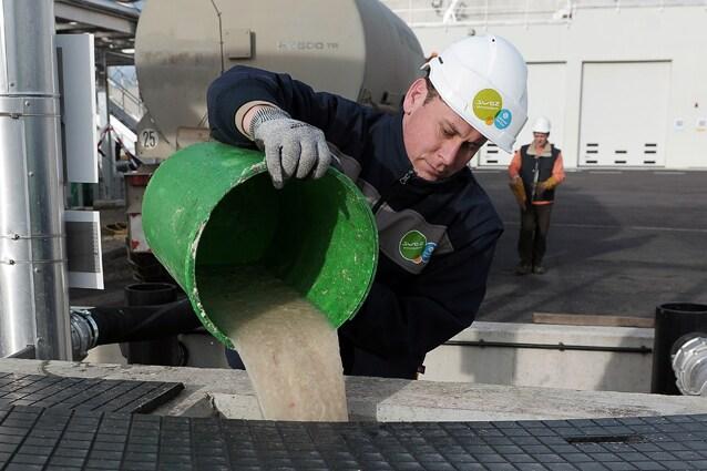 Operai in un impianto di depurazione: secondo i ricercatori le batteria per le feci potrebbero produrre energia sufficiente per rendere gli impianti autonomi.